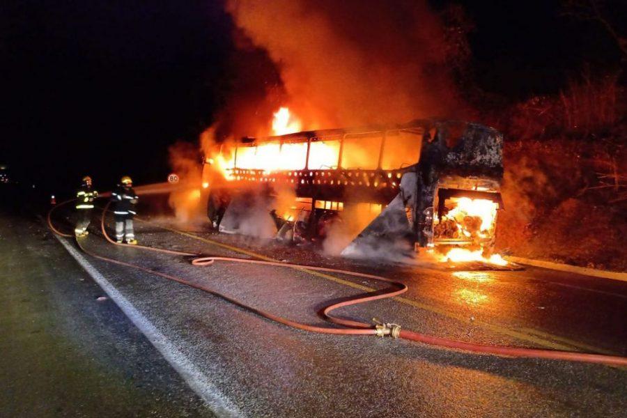 Ônibus que transportava 46 passageiros de SP para BA pega fogo na BR-251, em Montes Claros